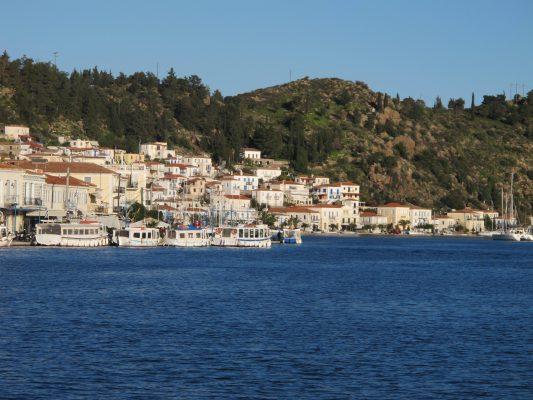 L'île de Poros est située dans le golfe Saronique